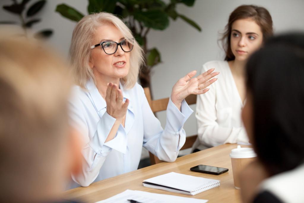 nainen_kokouksessa